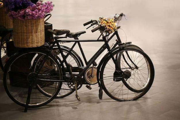 Vélo vintage avec panier de fleurs Photo Premium