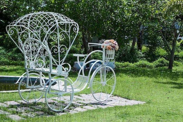 Vélos blancs dans le jardin arrière. Photo Premium