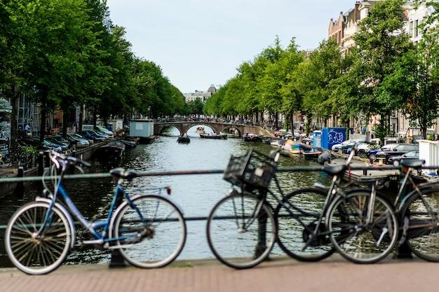 Vélos dans la rue. amsterdam. Photo gratuit