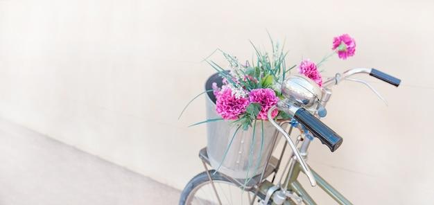 Vélos avec des fleurs Photo Premium