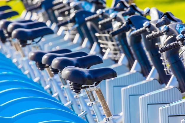 Vélos à louer dans un parc public (santander cantabria - espagne) Photo Premium