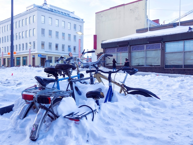 Vélos De Ville Couverts De Neige Dans Une Rue Photo Premium