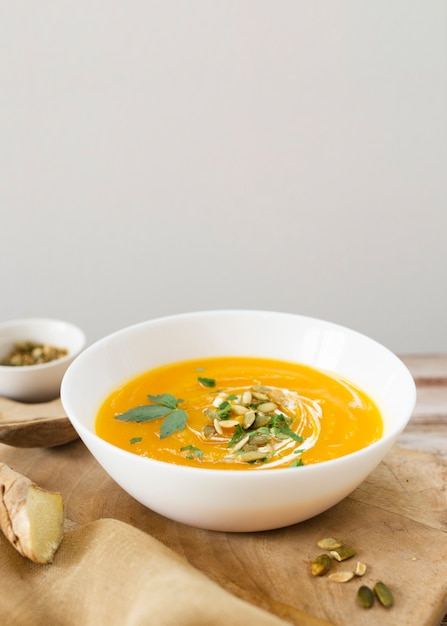 Velouté délicieux avec des graines et du persil Photo gratuit