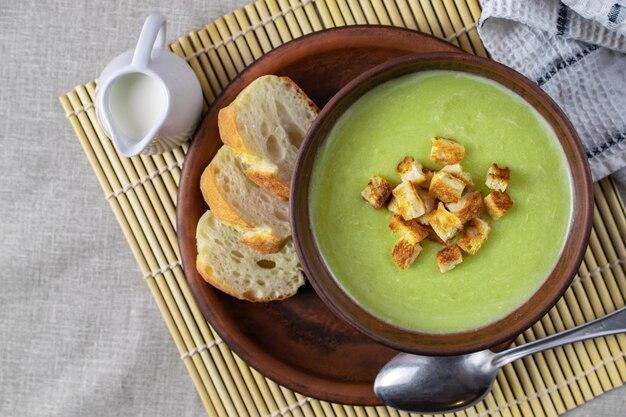 Velouté frais aux épinards, crème et croûtons Photo Premium