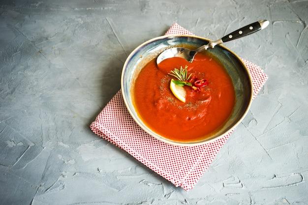 Velouté de tomates espagnol traditionnel Photo Premium