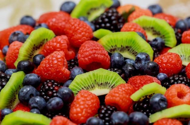Velvet cake avec de belles baies fraises, framboises, myrtilles Photo Premium