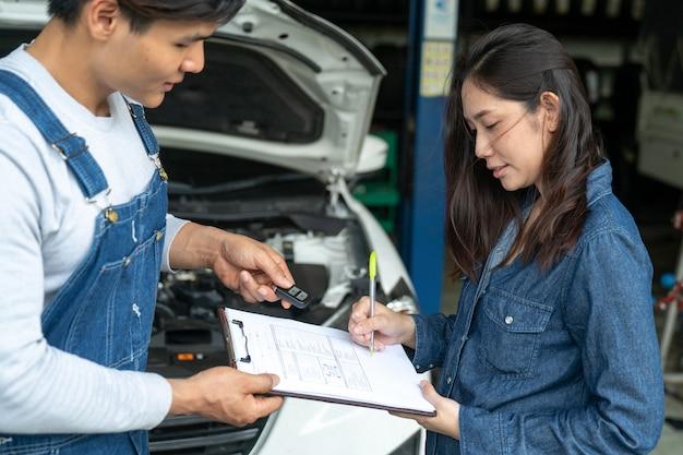 Vendeur de voitures fait affaire avec le prêteur. les voitures d'occasion moins cher que les voitures neuves. mais pour acheter une utilisation Photo Premium