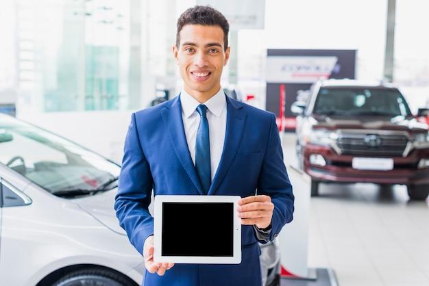 Vendeur de voitures avec tablette Photo gratuit