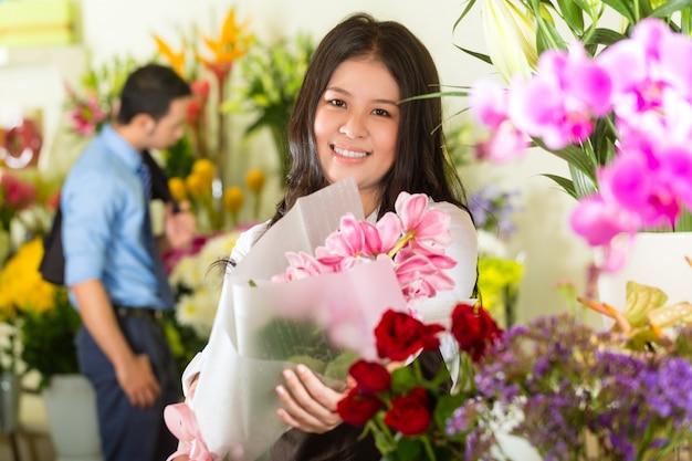 Vendeuse et cliente dans un magasin de fleurs Photo Premium