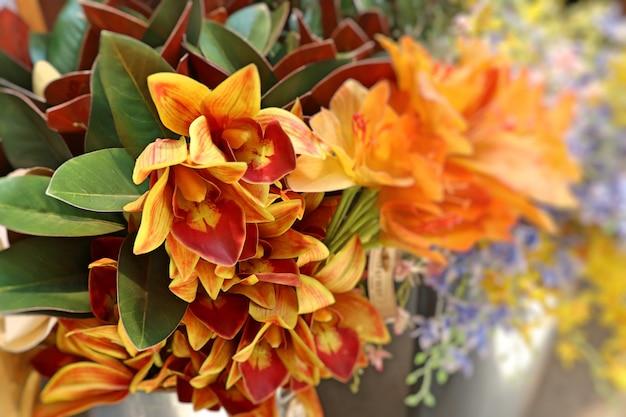 Vendre de belles fleurs artificielles colorées Photo Premium