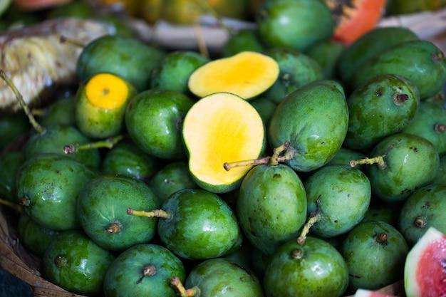 Vendre Des Mangues Fraîches Sur Le Marché Indien à Maurice Photo Premium