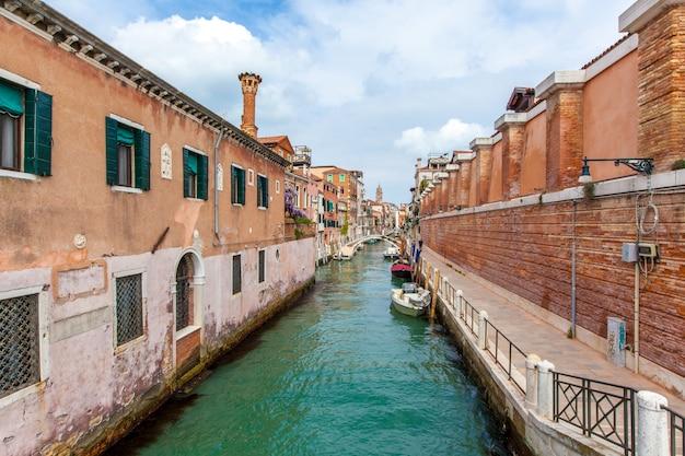 Venice canal avec des bateaux Photo gratuit