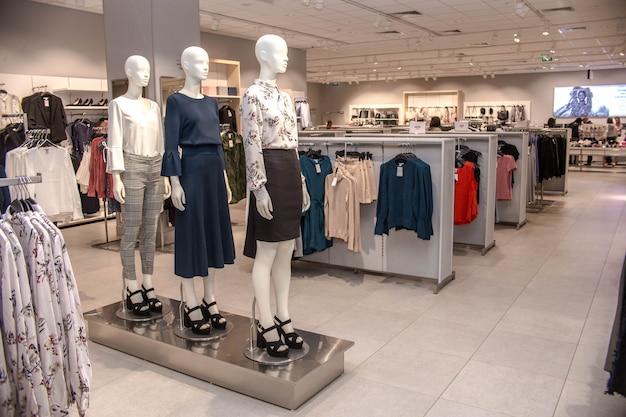 Vente au détail magasin de vêtements mannequin counter store Photo Premium