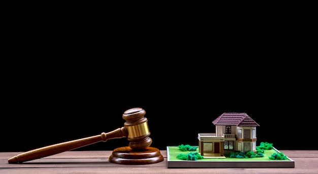 Vente aux enchères de maisons, marteau aux enchères, symbole de l'autorité et maison miniature Photo Premium