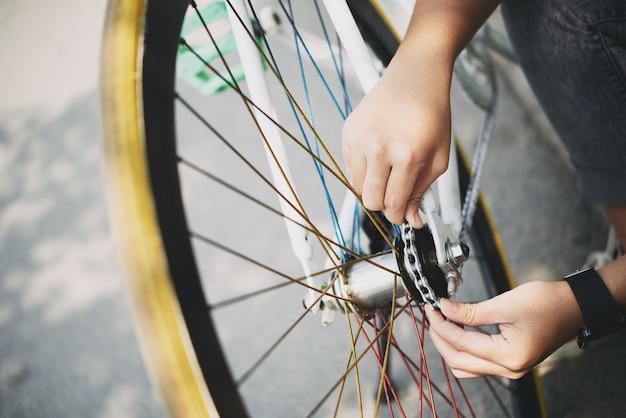 Vérification de la chaîne de bicyclette Photo gratuit