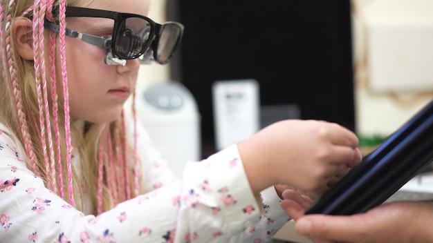 Vérification de la vue. fille caucasienne ayant une déficience visuelle Photo Premium