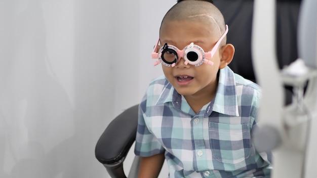 Vérification de la vue. garçons asiatiques ayant une déficience visuelle Photo Premium
