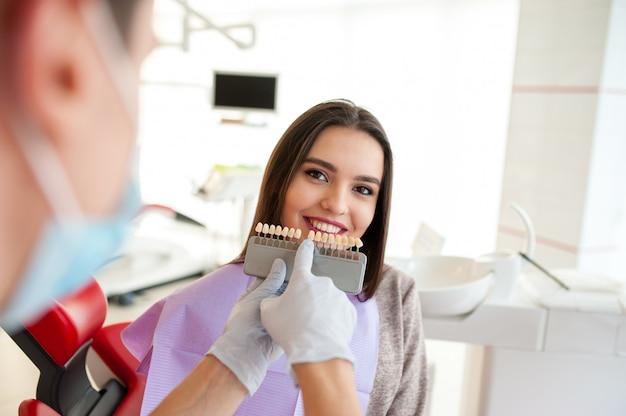 Vérifiez et sélectionnez la couleur des dents. Photo Premium