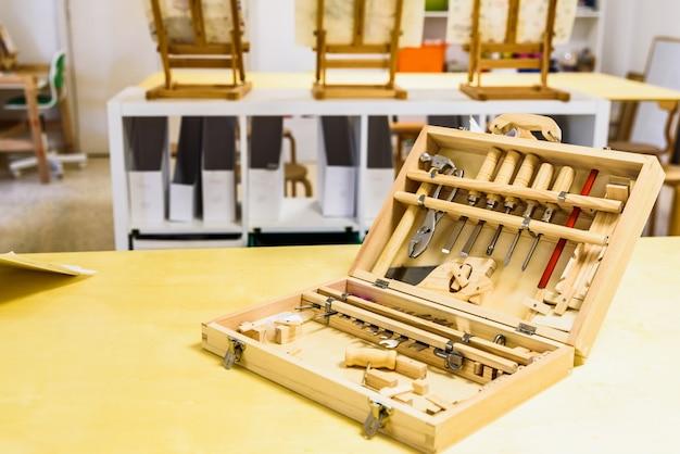 Véritable boîte à outils pour les enfants en classe. Photo Premium