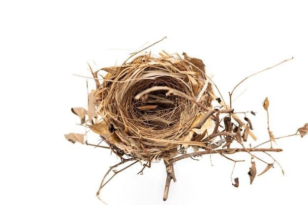 Véritable Nid D'oiseau Isolé Sur Blanc. Photo Premium