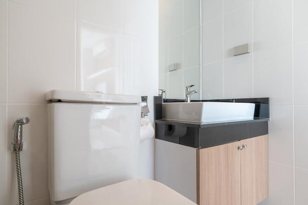 Véritable salle de bain intérieure avec lavabo, cuvette de toilette Photo Premium
