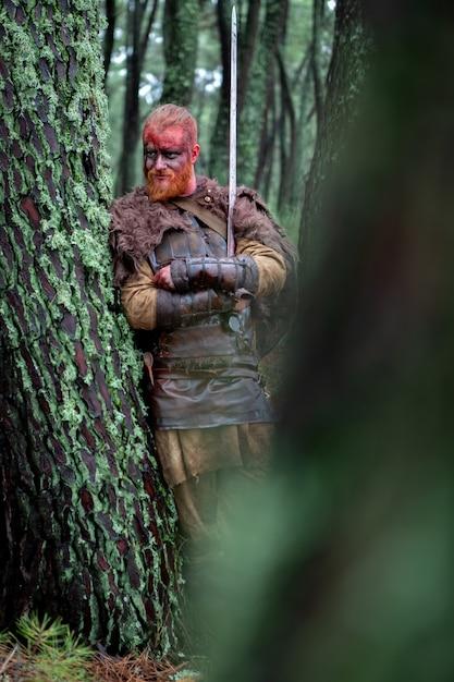 Véritable viking avec beaucoup d'arbres autour Photo Premium