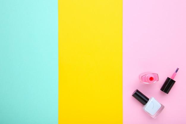 Vernis à ongles roses et bleus sur fond coloré Photo Premium