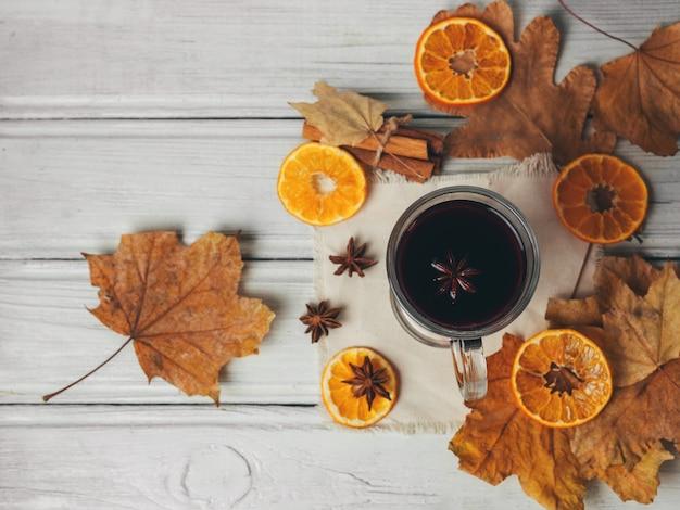 Verre d'alcool de vin chaud Photo Premium