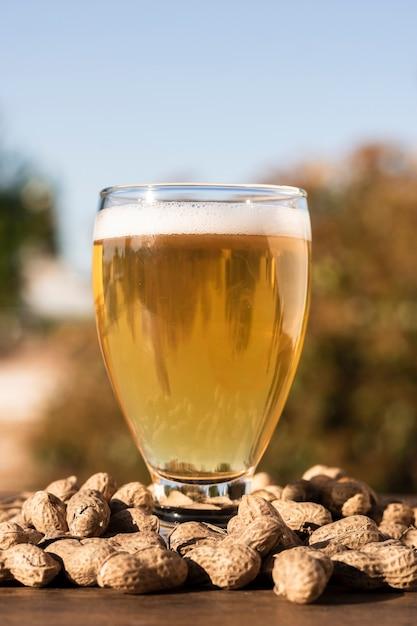 Verre à Bière à Angle Faible Sur Les Cacahuètes Photo gratuit