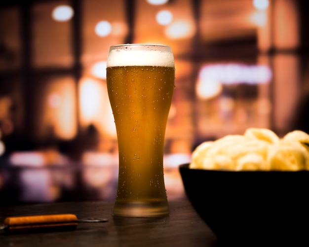 Verre à bière en arrière-plan flou Photo gratuit