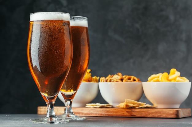 Verre de bière blonde avec bols à collations Photo Premium