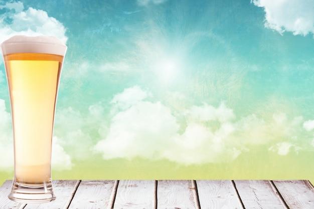 Verre de bière sur bois brun Photo gratuit