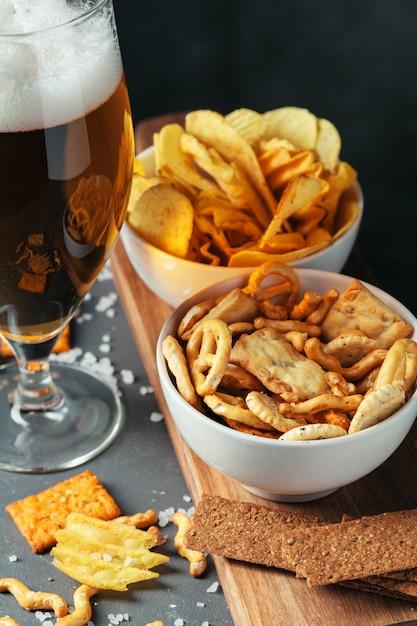 Verre De Bière Brune Avec Bol De Collations De Bière Se Bouchent Photo Premium