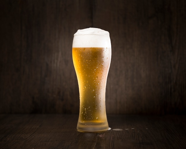 Verre à bière en face de fond noir Photo gratuit