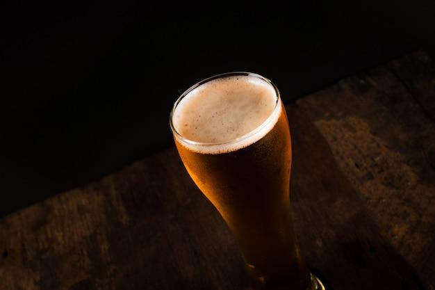 Verre de bière sur fond sombre Photo Premium