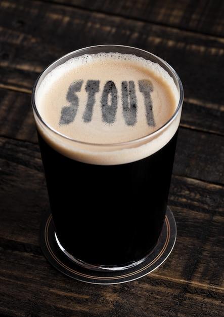Verre De Bière Forte Avec Forme De Lettres Sur Fond De Bois Photo Premium