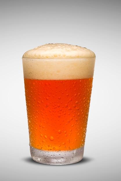 Verre De Bière Fraîche Avec Bouchon De Mousse Isolé Sur Fond Blanc Photo Premium