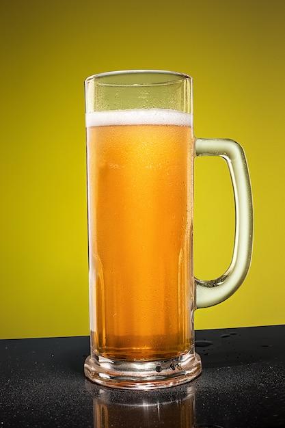 Verre De Bière Lager Mousseuse Froide Sur Une Vieille Table En Bois Photo gratuit