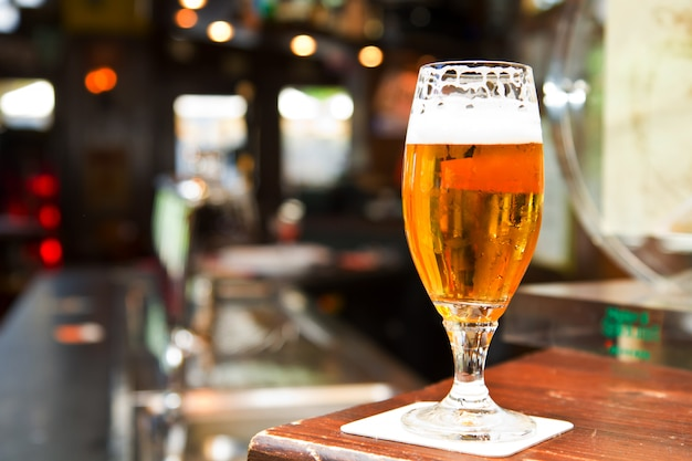 Verre de bière sur pub Photo Premium
