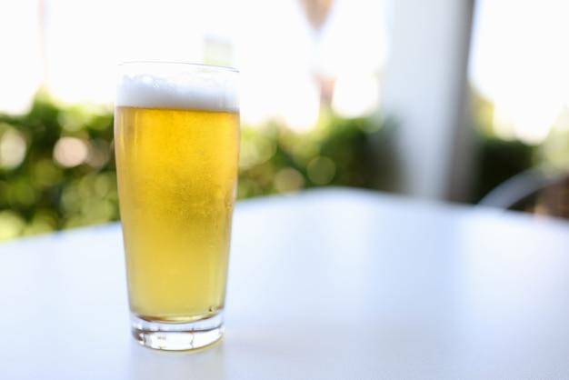 Verre à Bière Sur Table Photo Premium