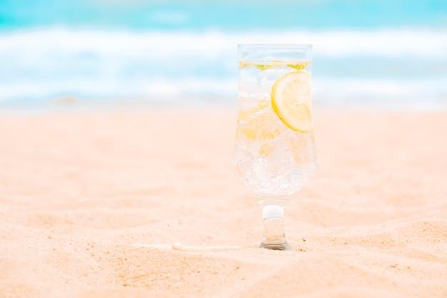 Verre de boisson fraîche au citron vert Photo gratuit