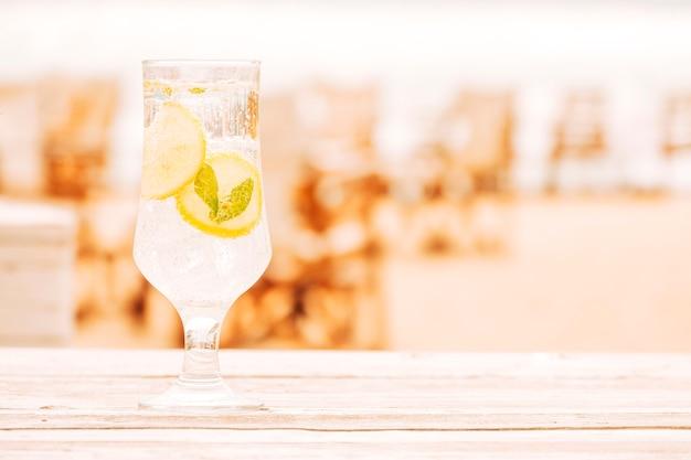 Verre de boisson à la menthe sur une surface en bois Photo gratuit