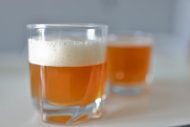 Verre Avec Une Boisson à L'orange Et De La Mousse Photo Premium