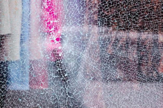Verre brisé d'une vitrine d'un magasin de vêtements avec fond flou Photo Premium