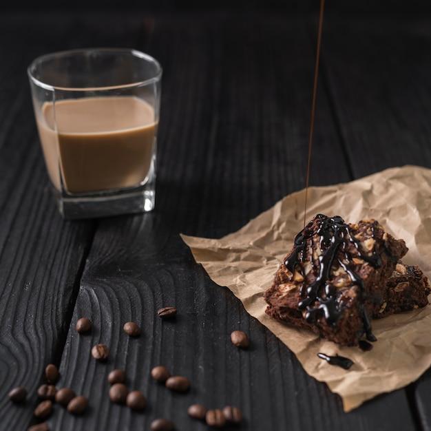 Verre de café avec un gâteau glacé Photo gratuit
