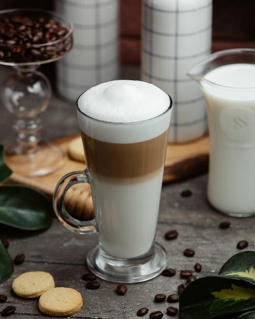 Verre de cappuccino à la crème Photo gratuit