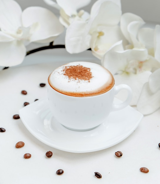 Verre Cappuccino Sur La Table Photo gratuit