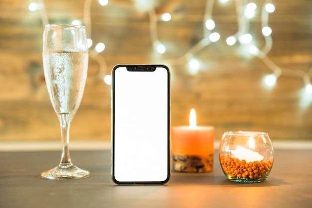 Verre de champagne avec bougie sur table Photo gratuit