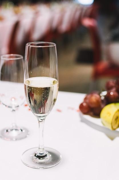 Verre de champagne lors d'une fête de mariage Photo gratuit