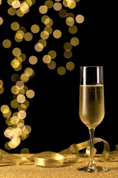 Verre à Champagne Avec Lumières Bokeh Photo gratuit